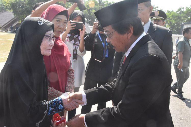 Wakil Gubernur Kepulauan Bangka Belitung Abdul Fatah menyalami keluarga veteran, Minggu (10/11/2019).
