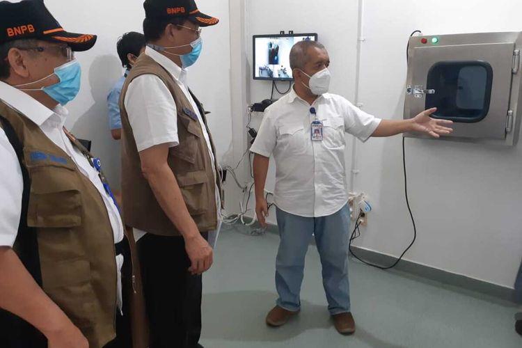 Pofesor Yuwono (baju putih) saat menunjukkan ruang laboratorium PCR di Rumah Sakit (RS) Pupuk Sriwijaya (Pusr) Palembang, Sumatera Selatan.