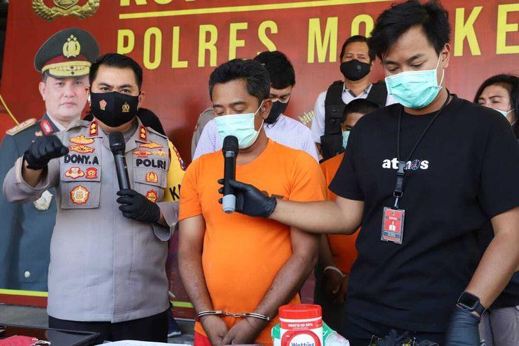 EP alias Beyes, seorang sekuriti sebuah pabrik di kawasan Ngoro Industri, Kabupaten Mojokerto, Jawa Timur. Dia diringkus polisi karena aksi perampokan yang dilakukan olehnya.