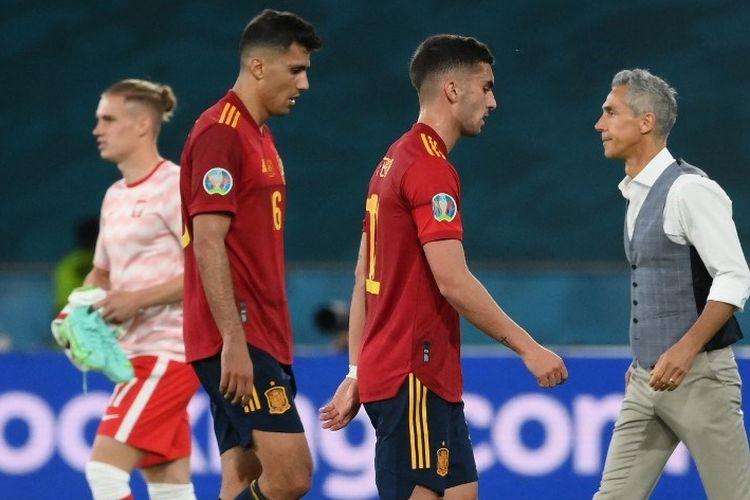 Pemain timnas Spanyol Rodri dan Ferran Torres berjalan keluar lapangan pada akhir laga Grup E EURO 2020 antara Spanyol dan Polandia di Stadion La Cartuja, Sevilla, pada Minggu (20/6/2021) dini hari WIB.