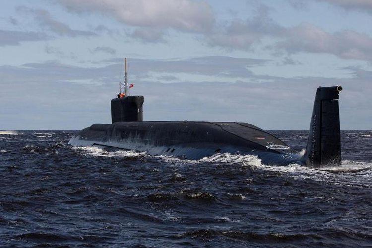 apal selam nuklir milik AL Rusia Yuri Dolgoruky terlihat di perairan tak jauh dari kota Arkhangelsk.
