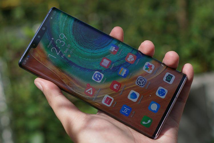 Lini Mate 30 menjadi seri ponsel pertama dari Huawei yang tidak memiliki layanan dan aplikasi Google. Hal tersebut menjadi batu sandungan besar bagi perangkat yang sebenarnya memiliki spesifikasi mumpuni dan kaya fitur ini.