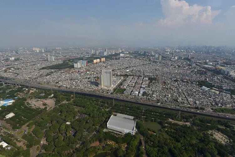 Pemandangan Kota Jakarta dilihat dari Helicity, helikopter milik PT Whitesky Aviation, saat mengudara di langit Jakarta, Kamis (29/3/2018). Helicity merupakan layanan sewa helikopter yang menawarkan sensasi wisata menikmati Kota Jakarta dari udara, sekaligus melayani transportasi antarkota.
