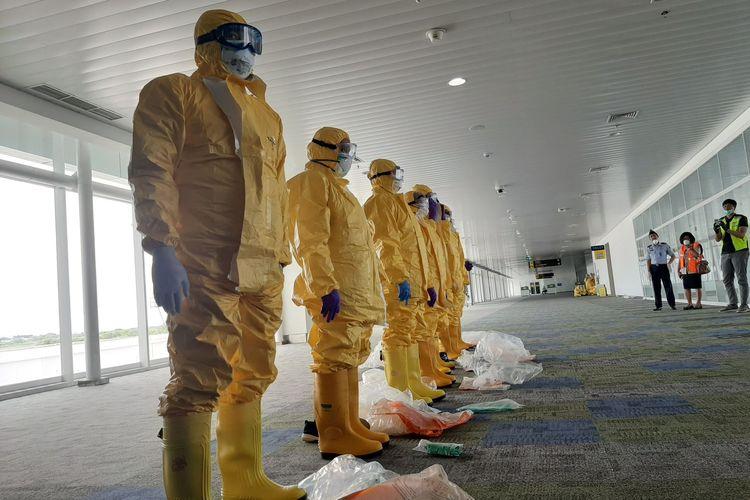 Simulasi penanganan wabah virus Corona di Bandara Jenderal Ahmad Yani Semarang, Kamis (30/01/2020).