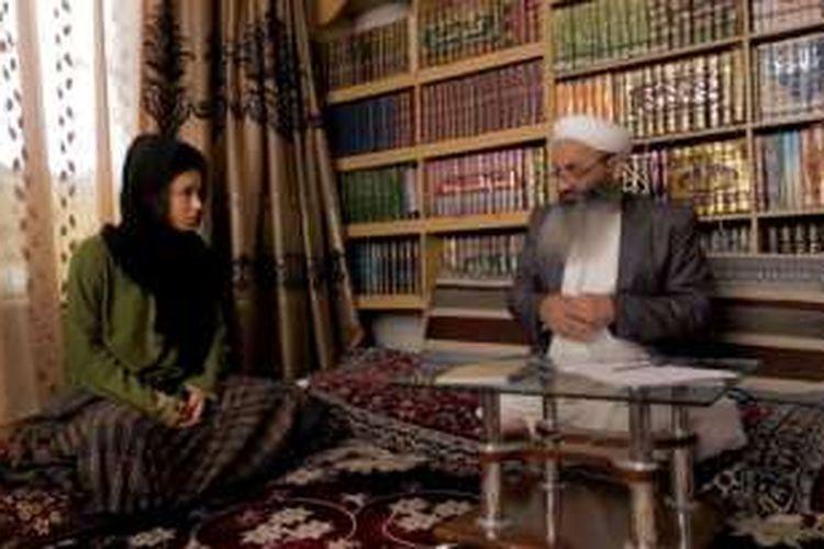 Jurnalis Isobel Yeung saat mewawancarai anggota parlemen Afganistan, Nazir Ahmad Hanafi.