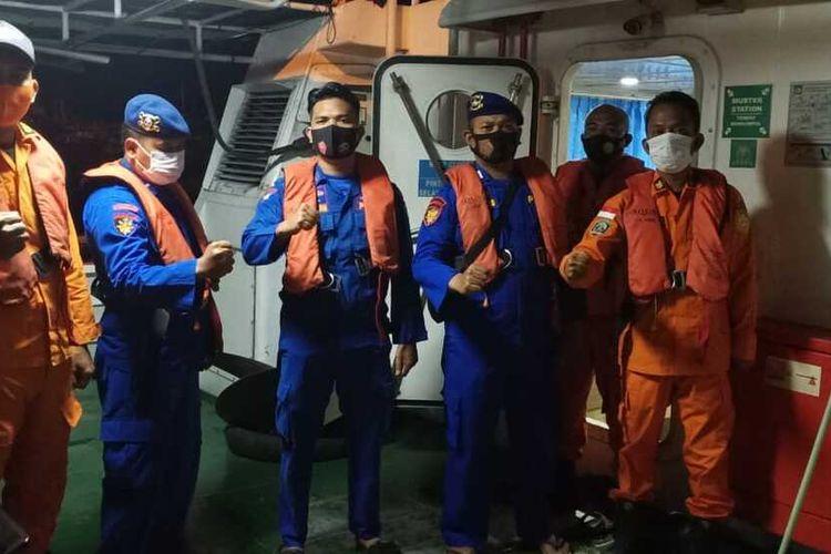 Tim Pencari Kapal KM Rejeki Indah Sari GT 30 yang tenggelam di perairan ujung Saroba Pulau Talam, di kawasan Pulau Mursala, Kabupaten Tapanuli Tengah, Sumatera Utara, diatas KN SAR Nakula-230.