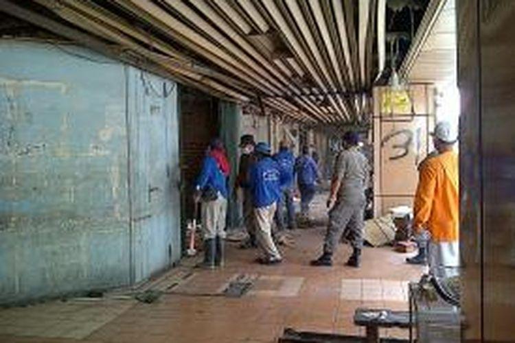 PT KAI melakukan penertiban pedagang yang berjualan di Stasiun Cikini, Jakarta, Kamis (22/8/2013). Petugas dari Polsuska dan PKD disiagakan untuk membantu pembongkaran kios-kios di Stasiun Cikini tersebut.