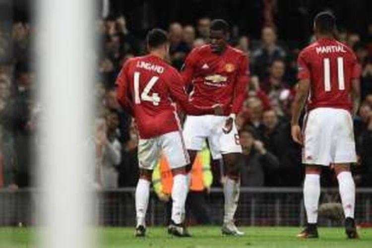 Selebrasi gelandang Manchester United, Paul Pogba (tengah), setelah mencetak gol pada pertandingan Grup A Liga Europa melawan Fenerbahce, Kamis (20/10/2016).