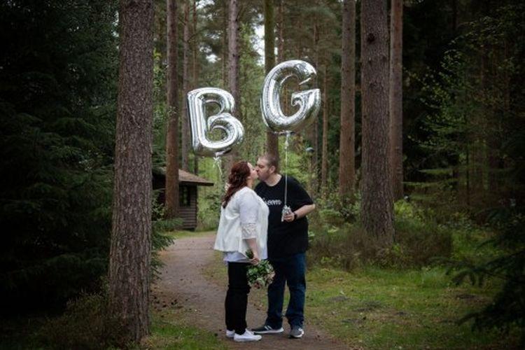 Rebecca Maxwell (26) dan Glen Maxwell (30) mengenakan celana jeans dan busana pernikahan personalisasi untuk hari spesial mereka