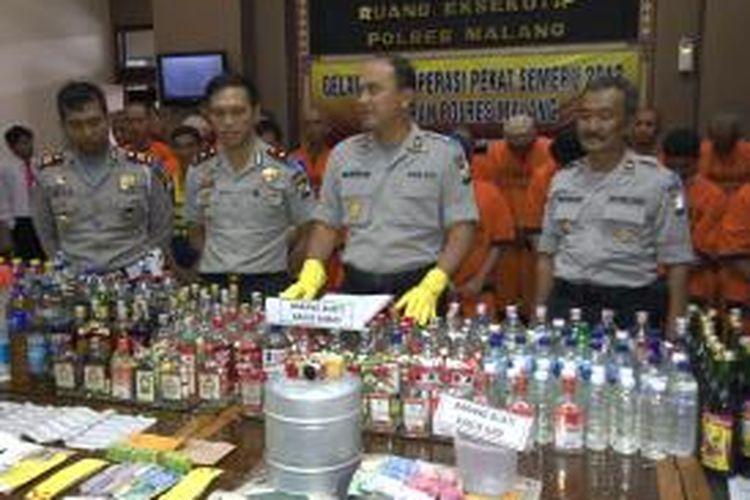Kapolres Malang, AKBP Adi Deriyan Jayamarta, dan jajarannya serta puluhan tersangka saat gelar kasus di Mapolres Malang, Kamis (1/8/2013).
