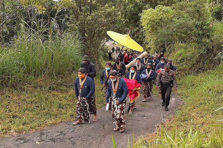 Juru Kunci Merapi Mas Wedono Suraksohargo Asihono saat memimpin berjalan kaki dari Pendopo Kinahrejo menuju Srimanganti untuk prosesi labuhan Merapi