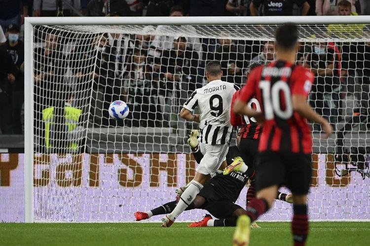 Penyerang Juventus Alvaro Moratamencetak gol ke gawang AC Milan pada laga pekan keempat Liga Italia 2021-2022 di Stadion Allianz, Senin (20/9/2021) dini hari WIB.