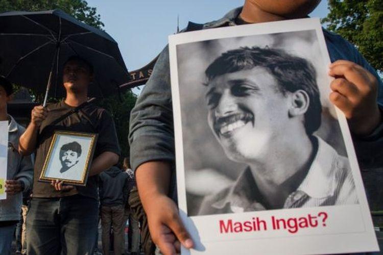 Mahasiswa melakukan unjuk rasa dengan membawa foto almarhum Munir Said Thalib di Kampus UNS, Solo, Jawa Tengah, Selasa (10/9). Unjuk rasa tersebut digelar untuk memperingati 15 tahun meninggalnya aktivis HAM Munir serta meminta pemerintah serius dalam menyelesaikan kasus pelanggaran Hak Asasi Manusia (HAM) di masa lalu.