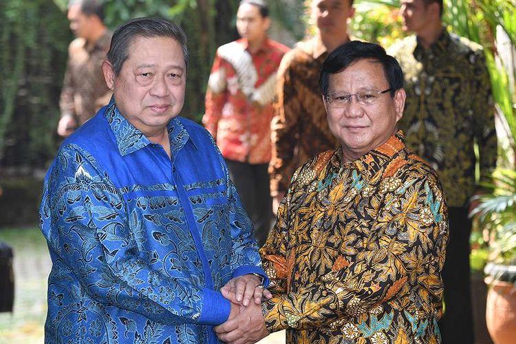 Ketua Umum Partai Gerindra Prabowo Subianto (kanan) berjabat tangan dengan Ketua Umum Partai Demokrat Susilo Bambang Yudhoyono sebelum melakukan pertemuan tertutup di kediaman Prabowo, Jalan Kertanegara, Jakarta Selatan, Senin (30/7/2018). Pertemuan tersebut merupakan tindak lanjut dari komunikasi politik yang dibangun kedua partai untuk Pilpres 2019.