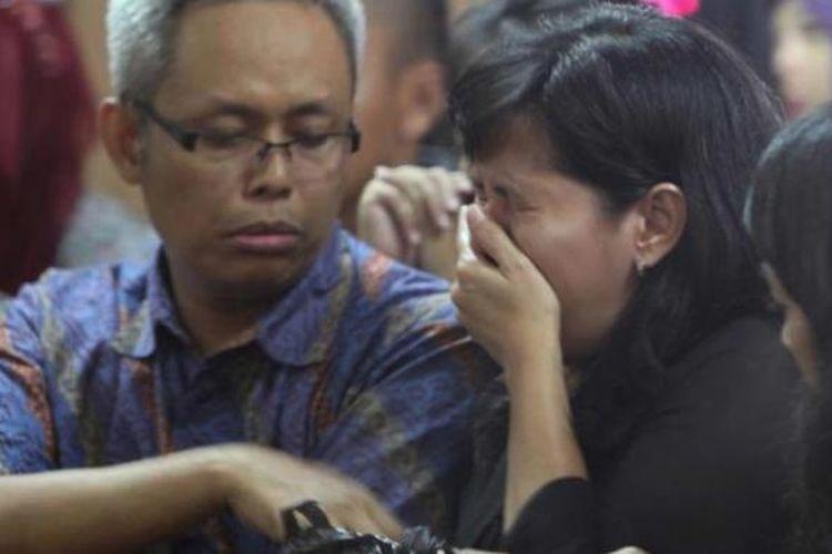 Orang tua Asyifa Ramadhani, Suroto (kiri) dan Elisabeth Diana menghadiri sidang pembacaan putusan terhadap dua terdakwa pembunuh anaknya di Pengadilan Negeri Jakarta Pusat, Selasa (9/12/2014). Majelis hakim menjatuhkan hukuman 20 tahun penjara kepada Ahmad Imam Al Hafitd dan Assyifa Ramadhani atas pembunuhan terhadap Ade Sara Angelina.