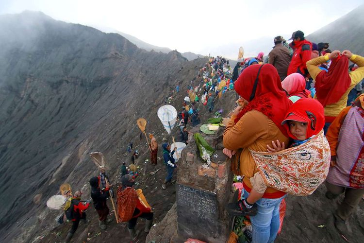 Suasana seserahan sesaji saat ritual adat Yadnya Kasada di Tengger, Gunung Bromo, Probolinggo, Jawa Timur, Senin (6/7/2020). Upacara lelabuh pada rangkaian ritual Yadnya Kasada itu, sebagai sesembahan suku Tengger kepada Sang Hyang Widhi.
