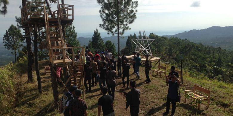 Obyek wisata Bukit Tangkeban di Desa Pulosari, Kecamatan Pulosari, Kabupaten Pemalang, Jawa Tengah, Kamis (28/9/2017). Kini Bukit Tangkeban dikembangkan secara kreatif oleh para pemuda desa untuk menarik wisatawan datang.