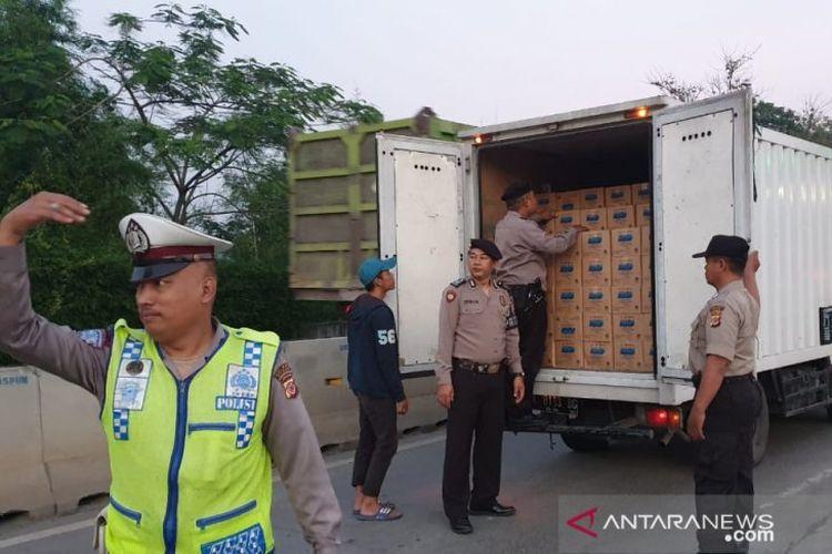 Anggota Polsek Gunung Putri Polres Bogor, Jawa Barat melakukan pemeriksaan sejumlah kendaraan mengarah ke Jakarta di Gerbang Tol Gunung Putri, Kamis (27/6/2019).
