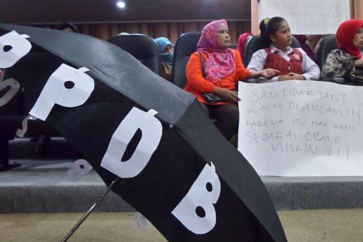 Puluhan warga Kota Bandung mendatangi Gedung Dewan Perwakilan Rakyat Daerah (DPRD) Kota Bandung menyampaikan keluhannya tentang Penerimaan Peserta Didik Baru (PPDB)
