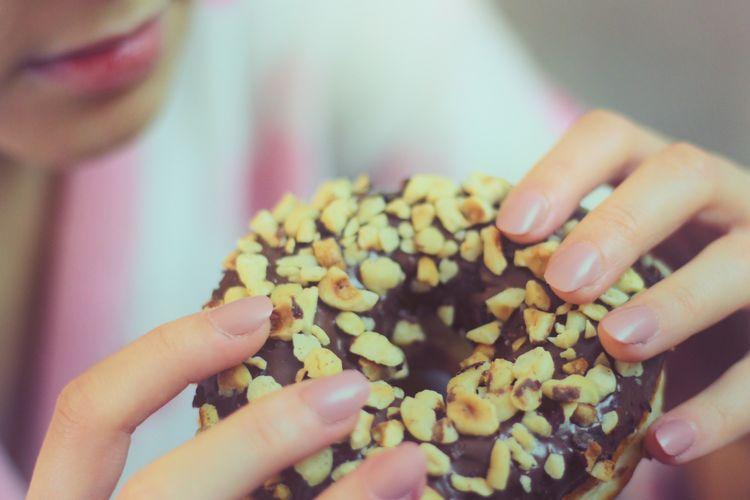 Ilustrasi makan makanan manis.