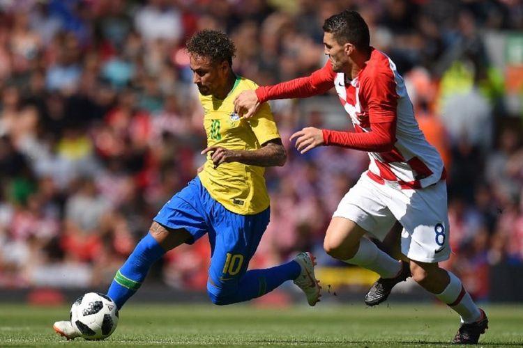 Neymar mencoba melewati hadangan Mateo Kovacic pada pertandingan uji coba Brasil vs Kroasia di Anfield, 3 Juni 2018.