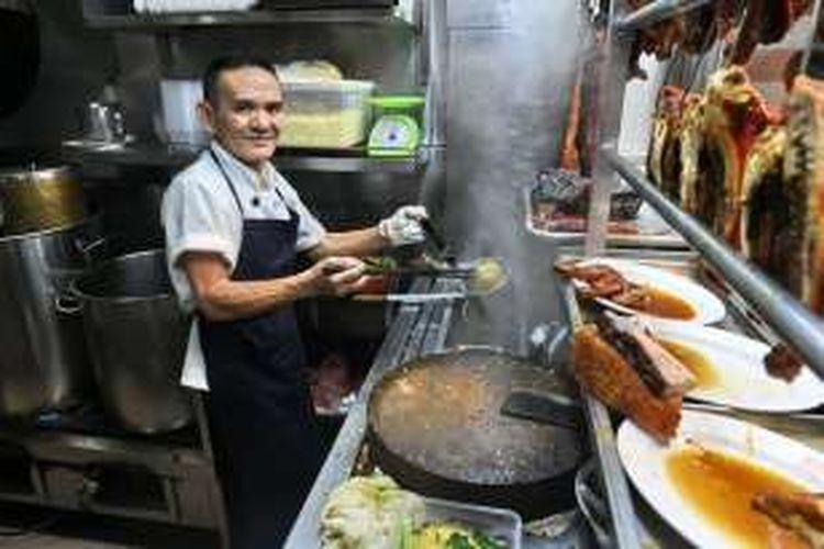 Chan Hong Meng, koki kios nasi sayam dan mie saus Hongkong asal Singapura yang mendapat penghargaan Michelin Star.