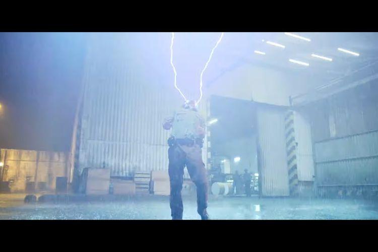 Potongan adegan dalam trailer film Gundala saat Sancaka tersambar kilatan petir.