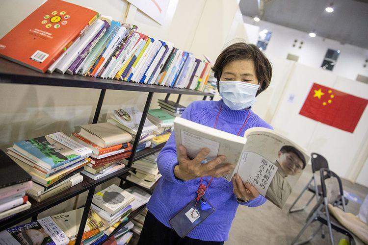 Pasien dengan gejala ringan virus corona COVID-19 melihat buku saat menjalani perawatan di sebuah pusat pameran yang diubah menjadi rumah sakit darurat di Wuhan, Hubei, China (17/2/2020). Data hingga Rabu (19/2/2020) ini, korban meninggal akibat virus corona di China sudah mencapai 2.000 orang setelah dilaporkan 132 kasus kematian baru.