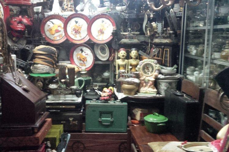 Barang-barang antik dan kuno yang dijual di Pasar Triwindu di Jalan Diponegoro Keprabon, Banjarsari, Solo, Jawa Tengah, Kamis (10/1/2019).