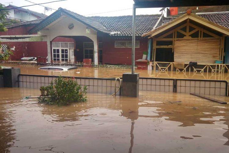 Sejumlah rumah, mobil dan fasilitas umum terendam banjir dan sebagian warga dibantu petugas mengungsi ke posko yang disediakan di sekitar lokasi, Kecamatan Cileungsi, Kabupaten Bogor, Rabu (1/1/2020).