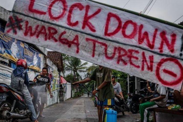 Sekelompok warga di Provinsi Daerah Istimewa Yogyakarta berinisiatif melakukan penyemprotan disinfektan kepada semua orang yang memasuki kawasan permukiman.