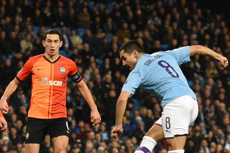 Ilkay Guendogan melepas tendangan pada pertandingan Manchester City vs Shakhtar Donetsk pada lanjutan Liga Champions di Stadion Etihad, 26 November 2019.