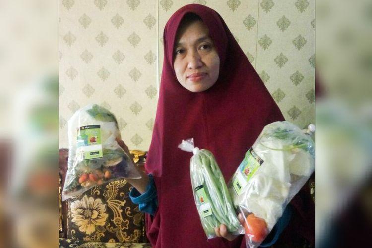 Umi Kalsum merupakan penjual sayuran dan lauk segar di Kota Bandar Lampung. Ia menjadi salah satu pelaku usaha mikro yang berhasil mengubah pemasarannya menjadi digital.