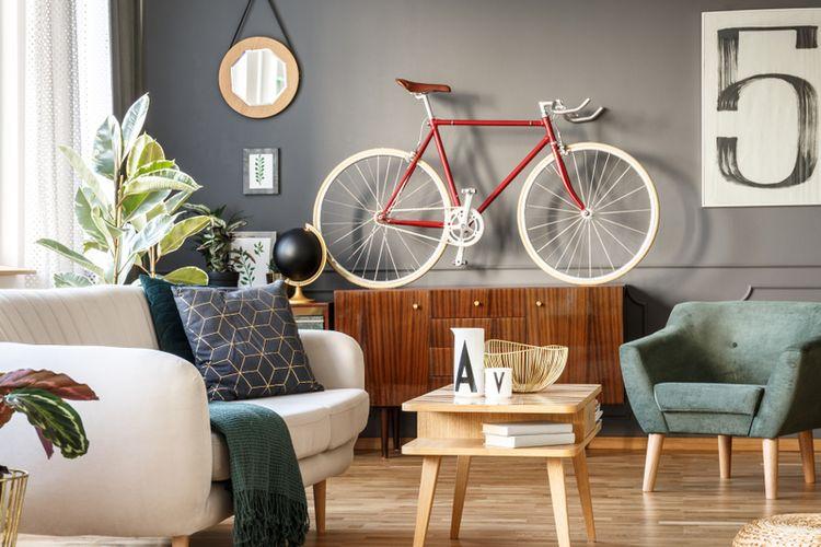 Menggantung sepeda di dinding bisa menjadi aksen dekorasi yang menarik.