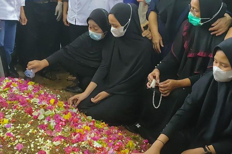 Yusrilanita Ibunda Indah, dan adik-adiknya berdoa di depan makam Indah Halima Putri yang tiba hari ini dari Jakarta setelah berhasil diidentifikasi