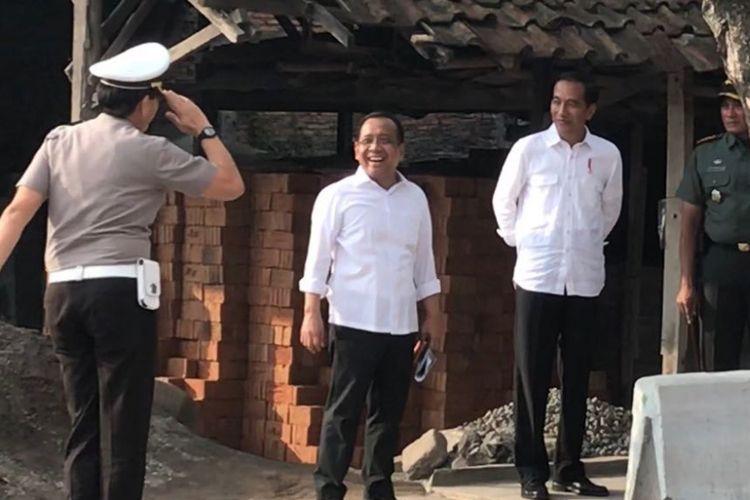 Presiden Joko Widodo meninjau langsung geladi kotor kirab pengantin Kahiyang Ayu dan Bobby Nasution di Jalan Letjend Soeprapto, Solo, Senin (6/11/2017).