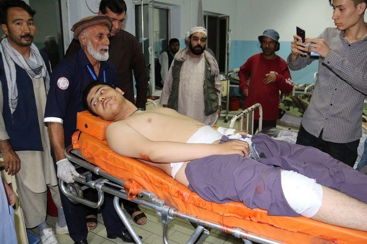 Seorang pria korban bom bunuh diri yang mengguncang sebuah arena gulat di Kabul, Afghanistan, Rabu (5/9/2018), mendapatkan perawatan garatis dari obat ruma.