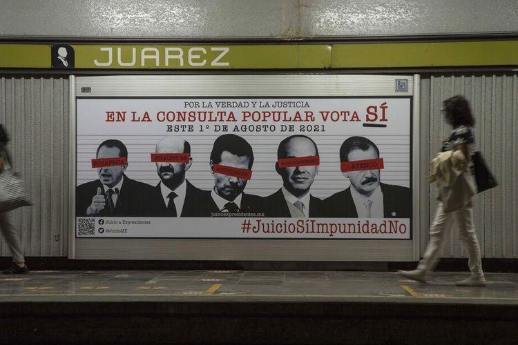 Sebuah iklan yang menampilkan gambar beberapa mantan presiden Meksiko, yang matanya ditutup label merah, dan menyerukan warga untuk berpartisipasi dalam referendum tentang apakah mantan presiden harus diadili atas tuduhan kejahatan mereka selama masa jabatan mereka, di Mexico City , Sabtu, 31 Juli 2021.