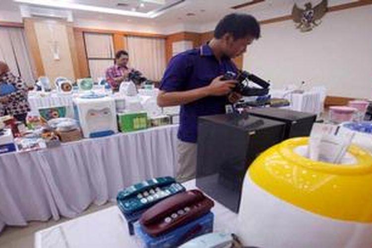Berbagai jenis produk yang tidak memenuhi persyaratan Standar Nasional Indonesia (SNI), label, serta buku manual dan kartu garansi