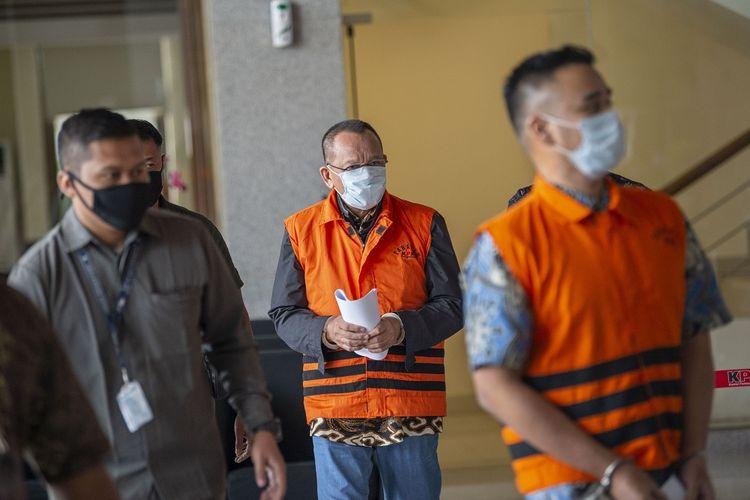 Tersangka kasus dugaan suap gratifikasi senilai Rp46 miliar, Nurhadi (tengah) dan Riesky Herbiyono (kanan) berjalan usai menjalani pemeriksaan di Gedung KPK, Jakarta, Selasa (2/6/2020). KPK menangkap Nurhadi yang merupakan mantan Sekretaris Mahkamah Agung (MA) dan menantunya, Riezky Herbiyono di Simprug, Jakarta Selatan pada Senin (1/6) malam setelah buron sejak hampir empat bulan lalu. ANTARA FOTO/Aditya Pradana Putra/hp.