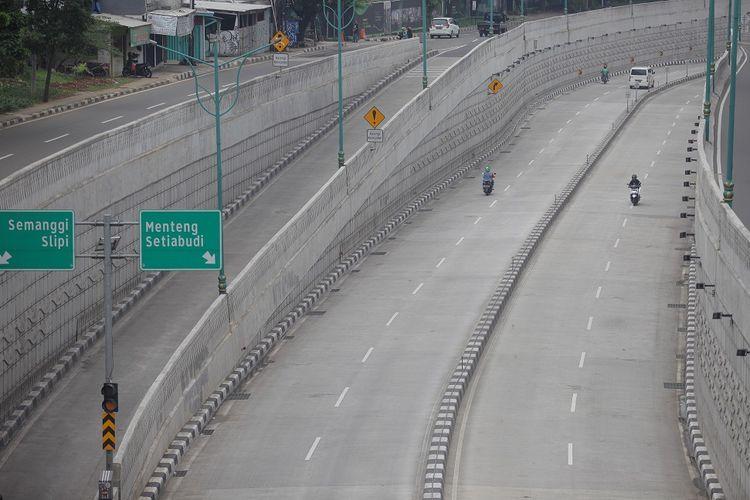 Suasana salah sudut ibukota saat  kendaraan melintas di Jalan Underpass, Kuningan, Jakarta, Sabtu (28/3/2020). Sejumlah ruas jalan utama ibu kota lebih lengang dibandingkan hari biasa karena sebagian perusahaan telah menerapkan bekerja dari rumah guna menekan penyebaran virus corona (COVID-19).  ANTARA FOTO/Reno Esnir/hp.