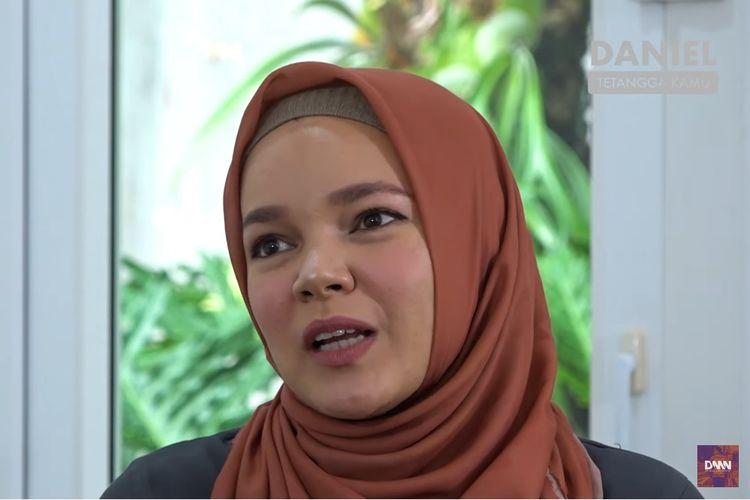 Artis peran dan penyanyi Dewi Sandra