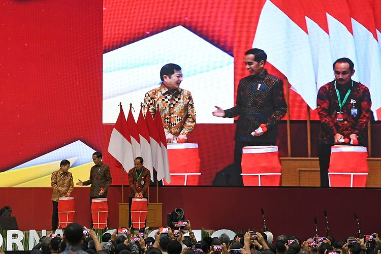 Presiden Joko Widodo (tengah) didampingi Menteri PPN/Kepala Bappenas Suharso Monoarfa (kiri) dan Kepala Lembaga Kebijakan Pengadaan Barang/Jasa Pemerintah (LKPP) Roni Dwi Susanto membuka Rapat Koordinasi Nasional (Rakornas) Pengadaan Barang/Jasa Pemerintah Tahun 2019 di Jakarta Convention Center, Jakarta, Rabu (6/11/2019). Rakornas tersebut mengangkat tema Transformasi Pengadaan Barang/Jasa Pemerintah di Era Digital untuk Mewujudkan Sumber Daya Manusia Unggul Indonesia Maju. ANTARA FOTO/Wahyu Putro A/hp.