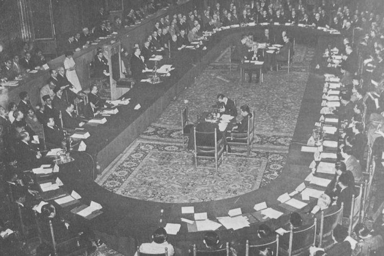 Suasana Konferensi Meja Bundar yang digelar di Den Haag, Belanda mengakui kedaulatan Indonesia sebagai negara Republik Indonesia Serikat (RIS). Tanggal 17 Agustus 1950, lima tahun setelah Proklamasi Kemerdekaan, Indonesia kembali menjadi Negara Kesatuan Republik Indonesia (NKRI).
