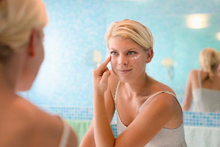 Ilustrasi pemakaian produk perawatan wajah.