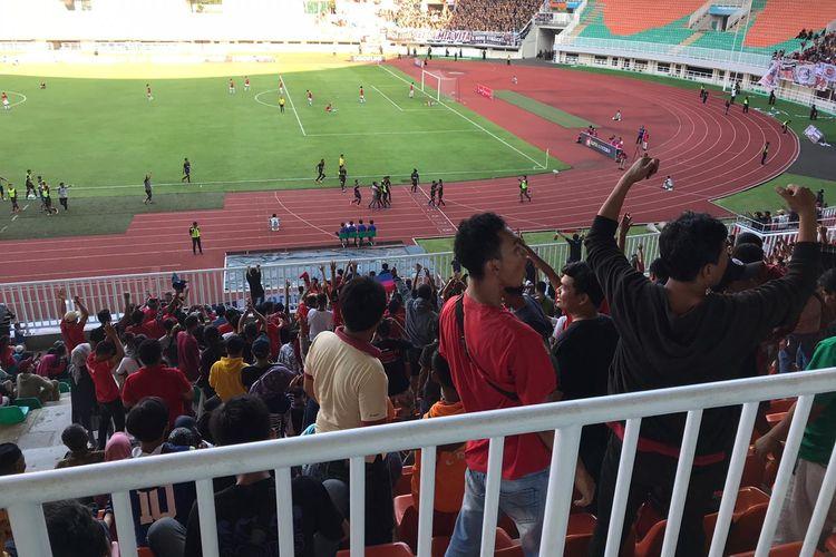 Suporter Persijap Jepara merayakan gol ketiga tim kebanggaannya saat melawan PSKC Cimahi dalam final Liga 3, Minggu (29/12/2019) di Stadion Pakansari, Bogor.