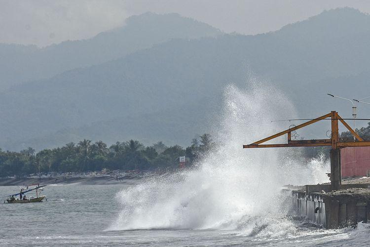 Gelombang tinggi menghantam pinggiran pesisir pantai Ampenan, Mataram, NTB, Rabu (27/5/2020). Menurut keterangan sejumlah nelayan di daerah tersebut gelombang tinggi terjadi sejak  26 Mei 2020 (pukul 03.00 Wita) yang mengakibatkan banjir rob dan sejumlah perahu nelayan rusak diterjang gelombang di Lingkungan Pondok Perasi dan Kampung Bugis.ANTARA FOTO/Ahmad Subaidi/aww.