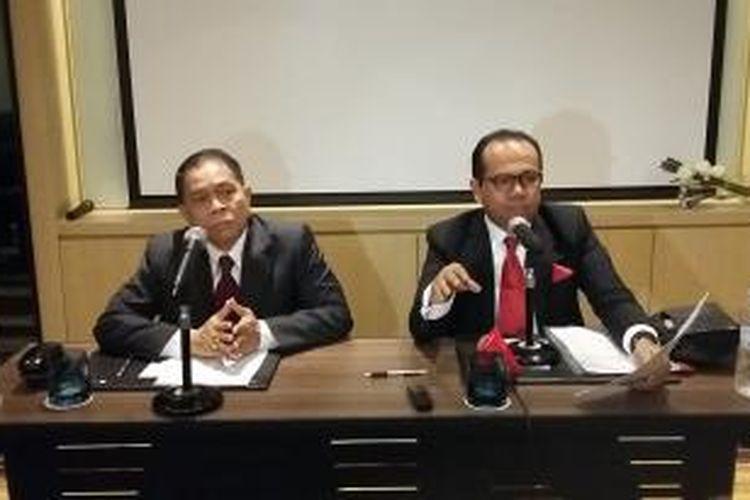 Ketua Umum Perhimpunan Advokat Indonesia Juniver Girsang (kanan) memberikan konferensi pers di Hotel Pullman, Jakarta, Kamis (21/5/2015).
