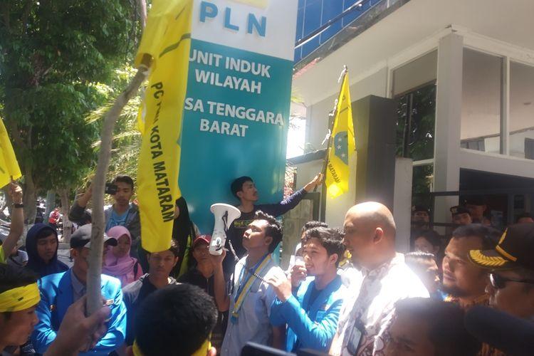 Kondisi aksi di PLN NTB terkait pemadaman listrik secara bergilir di sejumlah wilayah Mataram, Nusa Tenggara Barat.