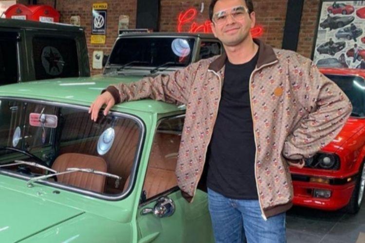 Raffi Ahmad berpose dengan mobil yang baru dibelinya dari Andre Taulany.